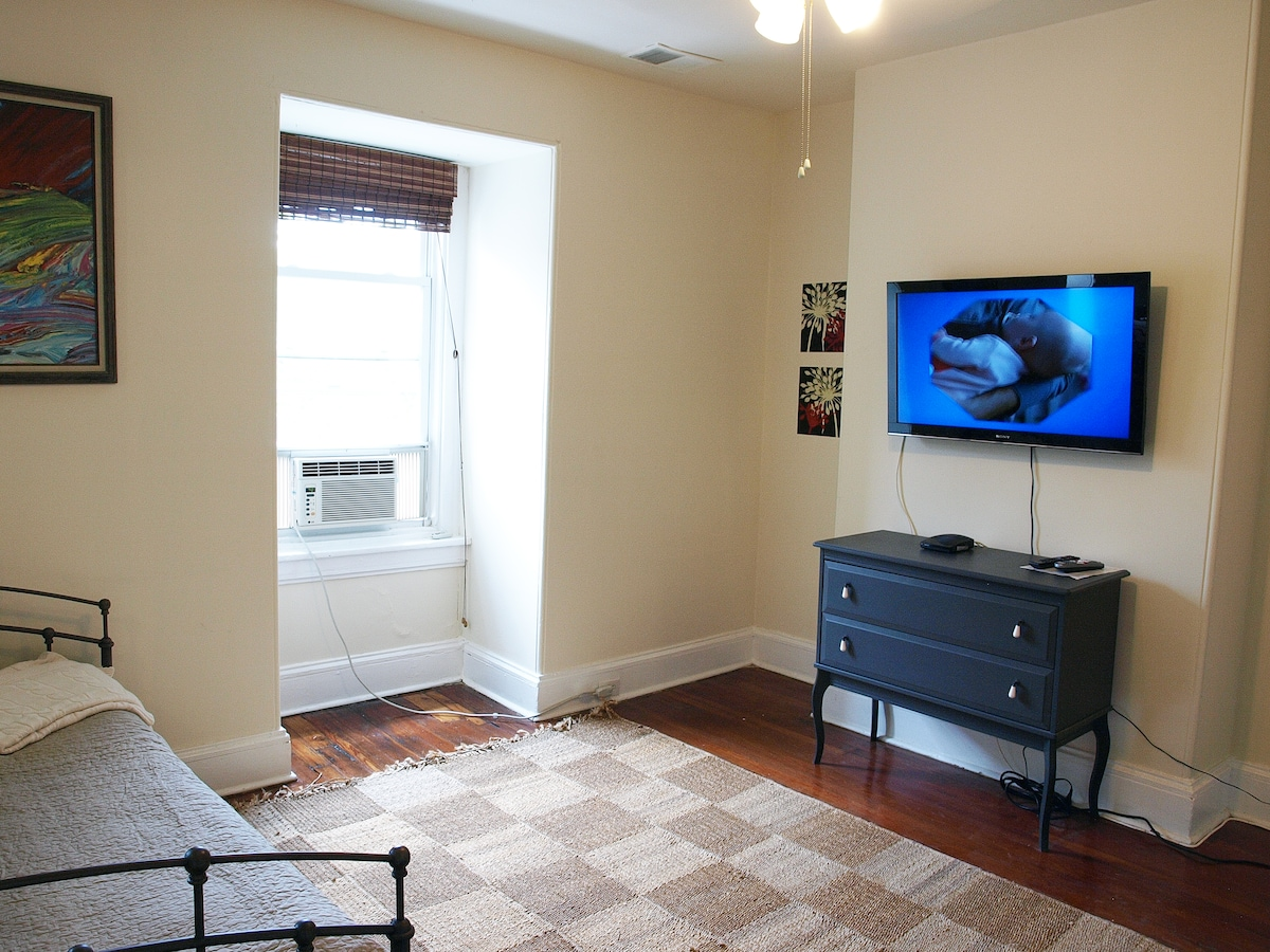 flat screen tv with comcast cable!