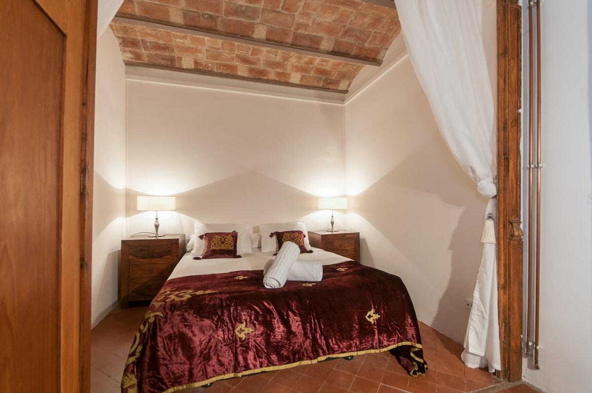 Rustic central 3 bedroom & balcony