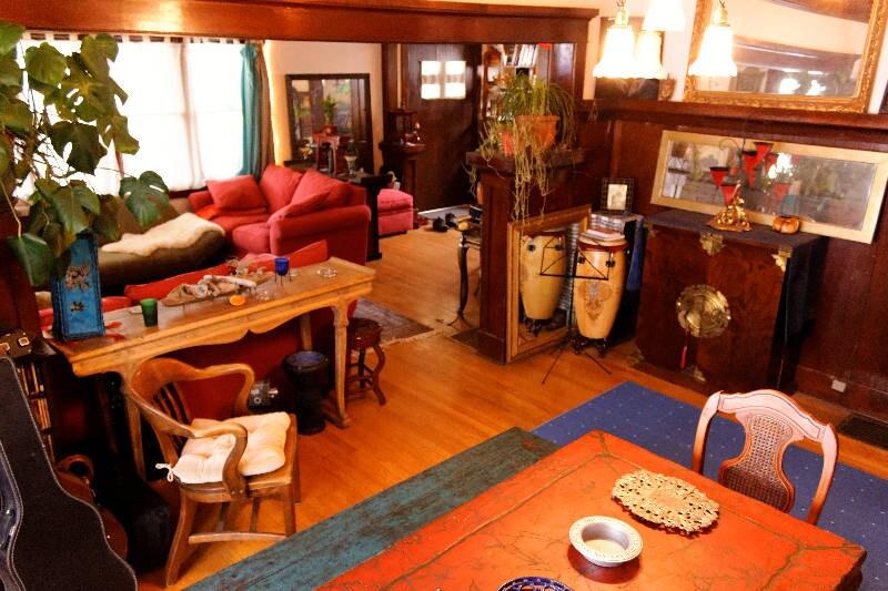 Shared living and diningroom, mi casa tu casa!