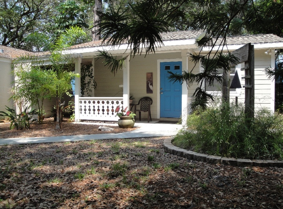 Blue Arbor Guest Cottage / Gulfport