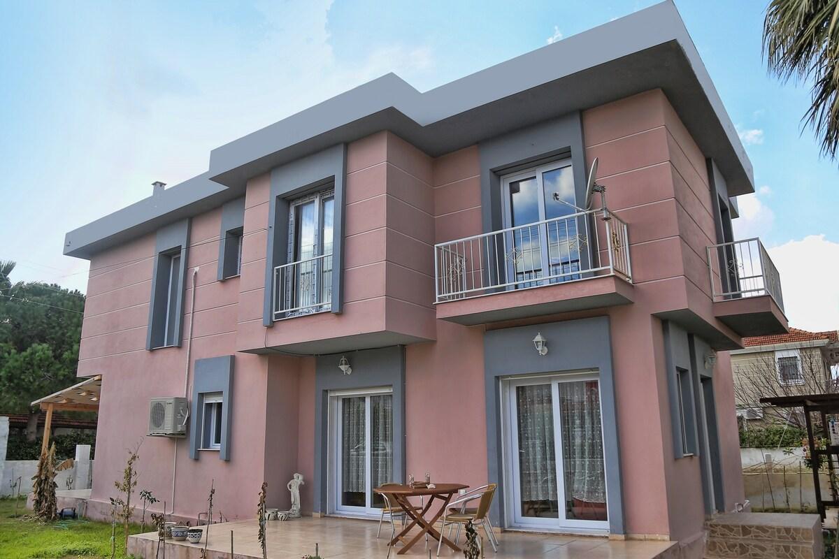 Comfy Villa in Great Location!