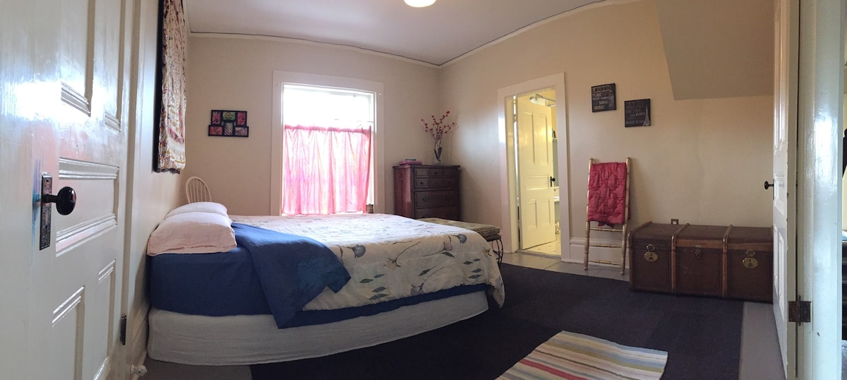 LOCATION! Queen bed: Victorian Home