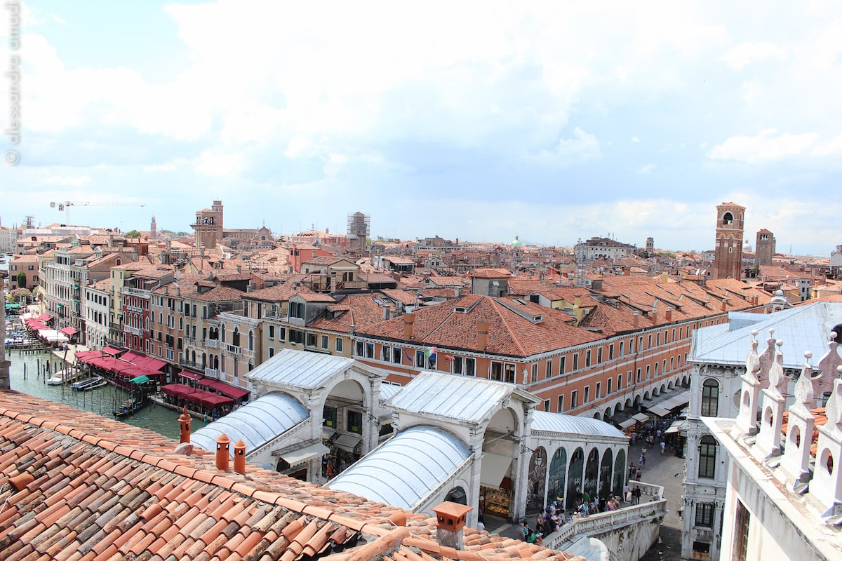 An unique vue in the most exclusive location right above theRialto Bridge, the heart of Venice!