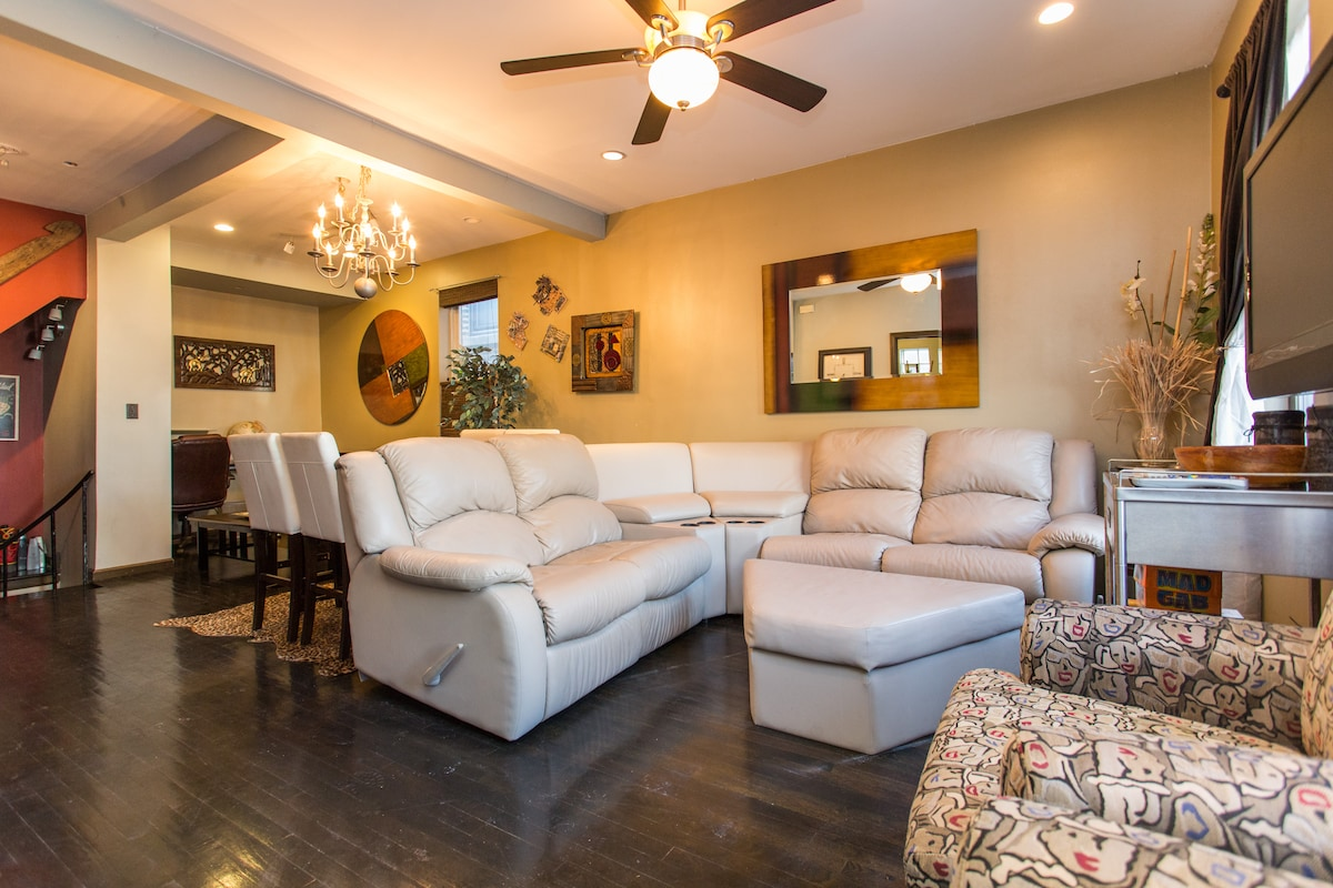 4 Beds in Fun 2 Level Apartment