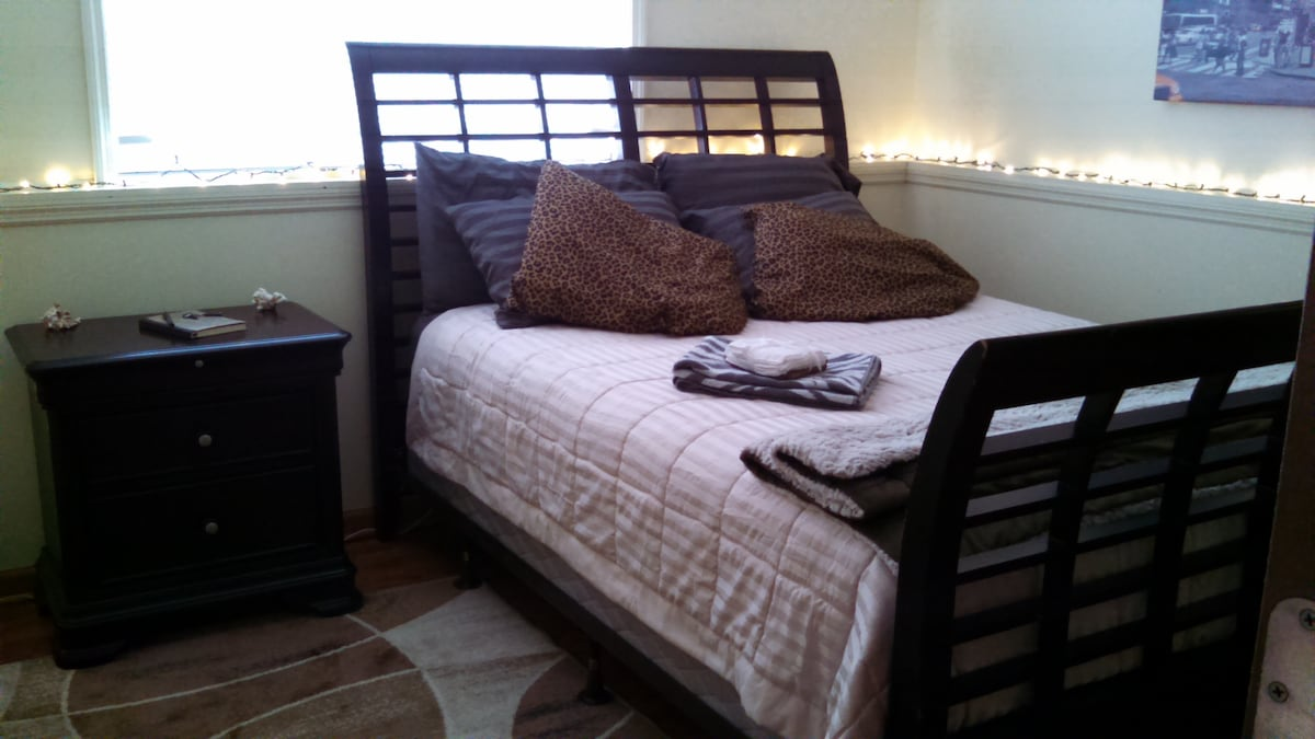 Private downstairs Room, Queen bed