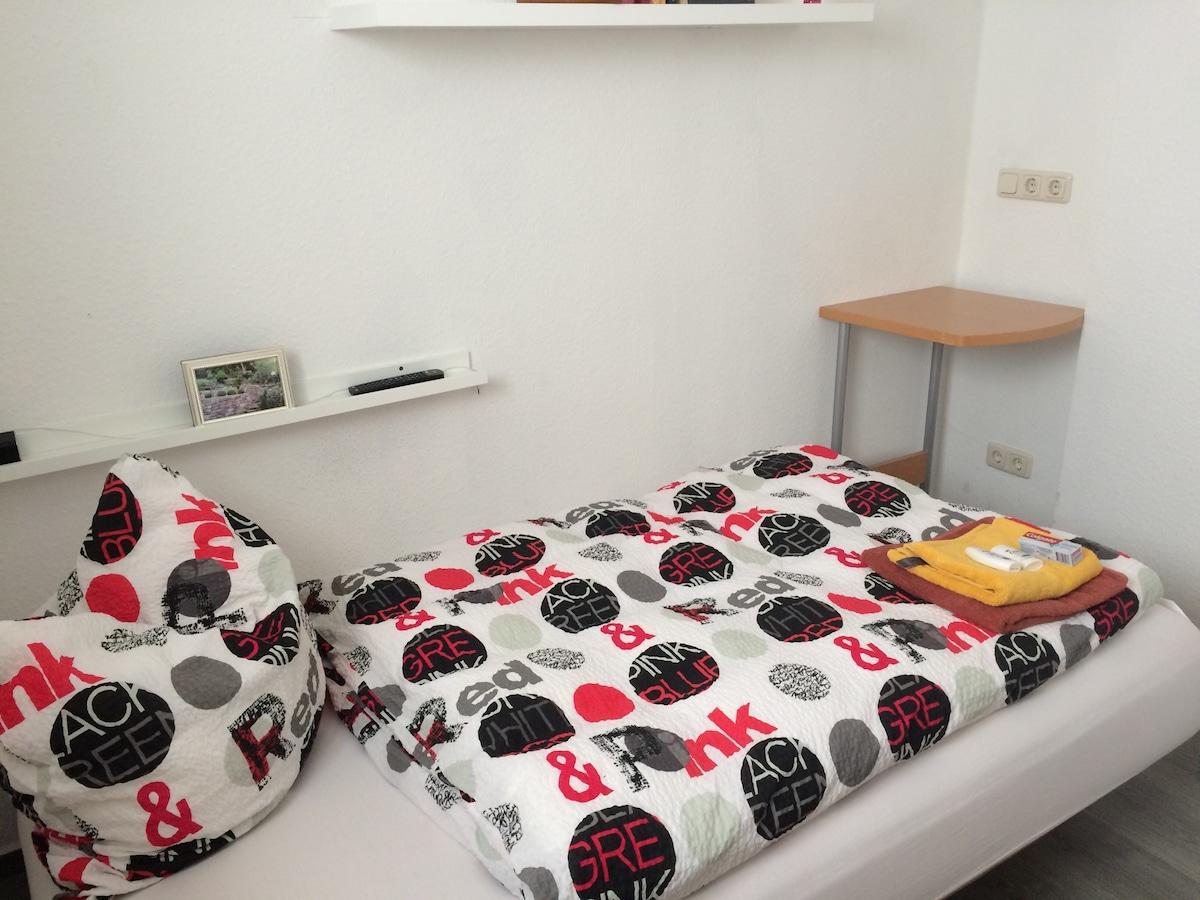 Kleines möbl. Zimmer in netter WG