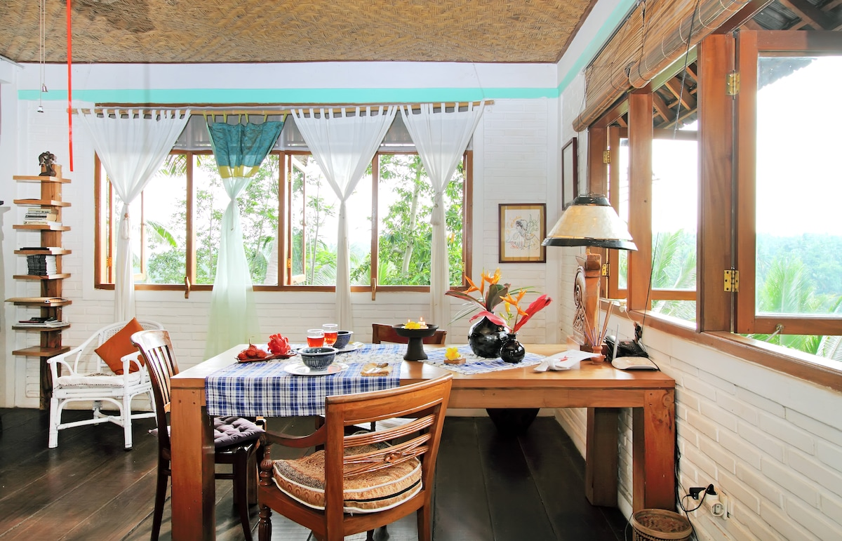 Dining or working with amazing views over the Jungle canopy