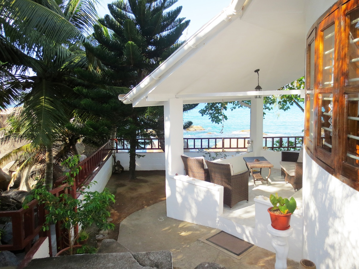 View as you reach the bungalow following the little path around it to reach the entrance