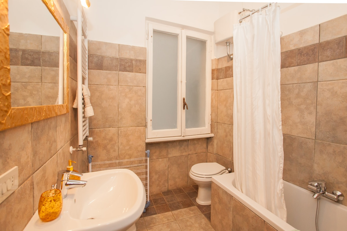 Your private bathroom, new, large and stylish - photo B