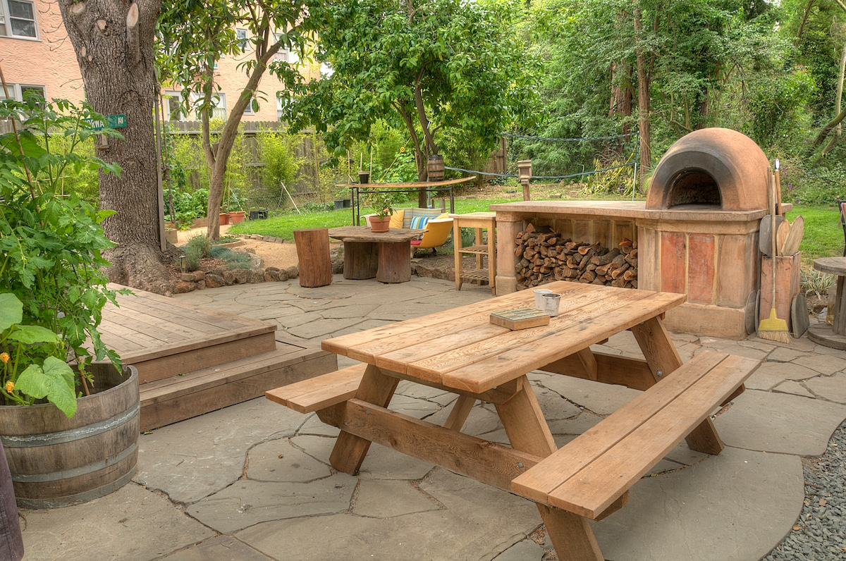 Back patio with cob pizza oven, bbq and lots of room to hang out.