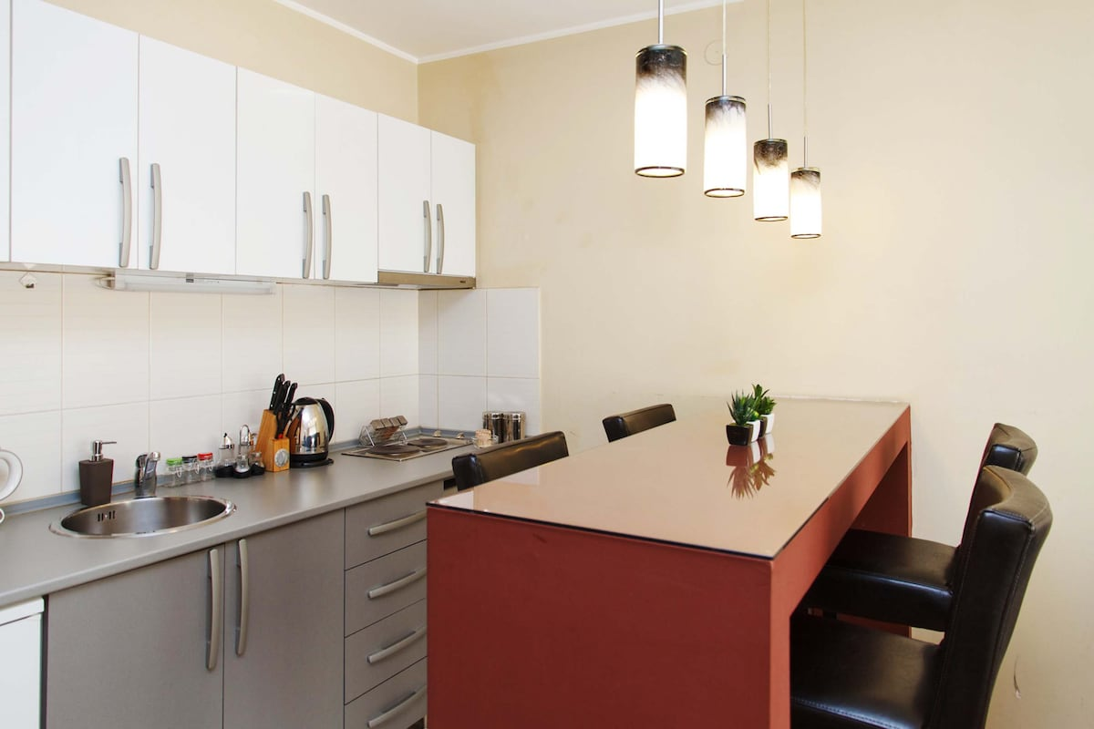 Fully equipped kitchen with breakfast bar table with 4 stools