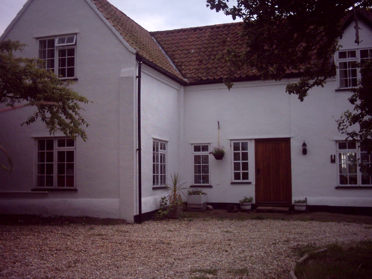 2 bed country cottage large garden
