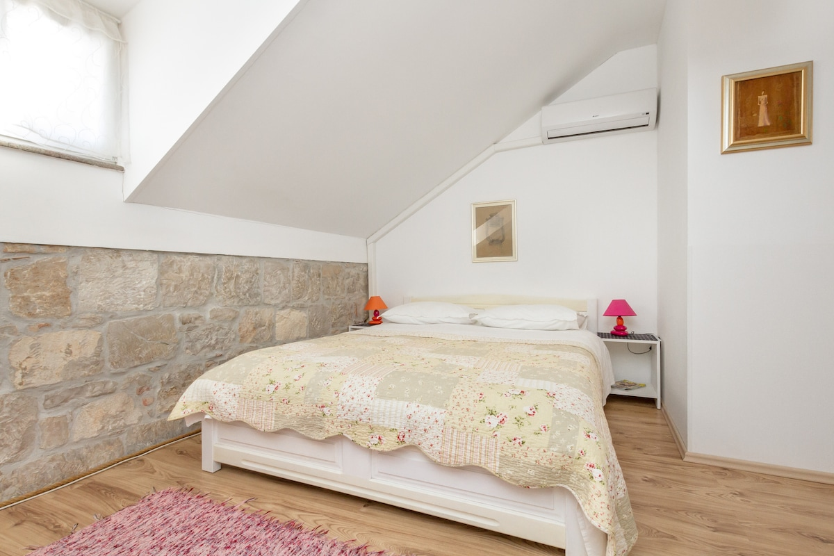 Central, cozy, perfect for two No2