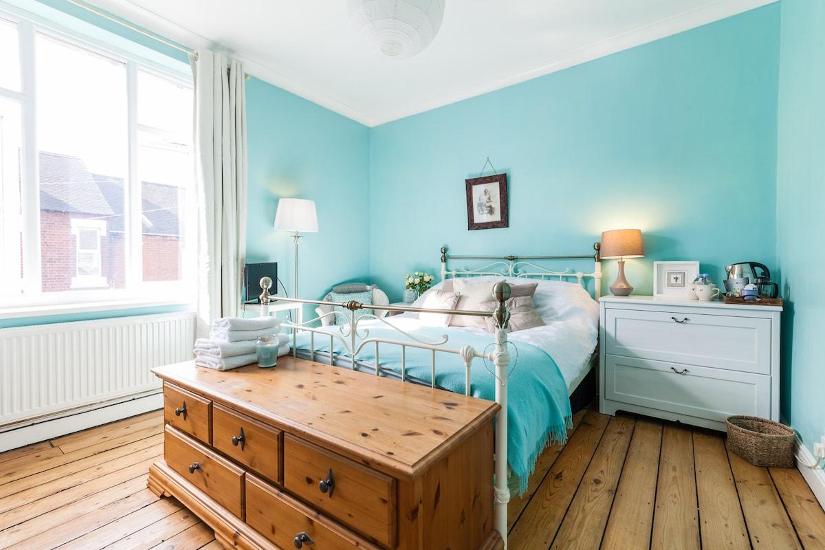 Comfortable, Light & Airy Room.