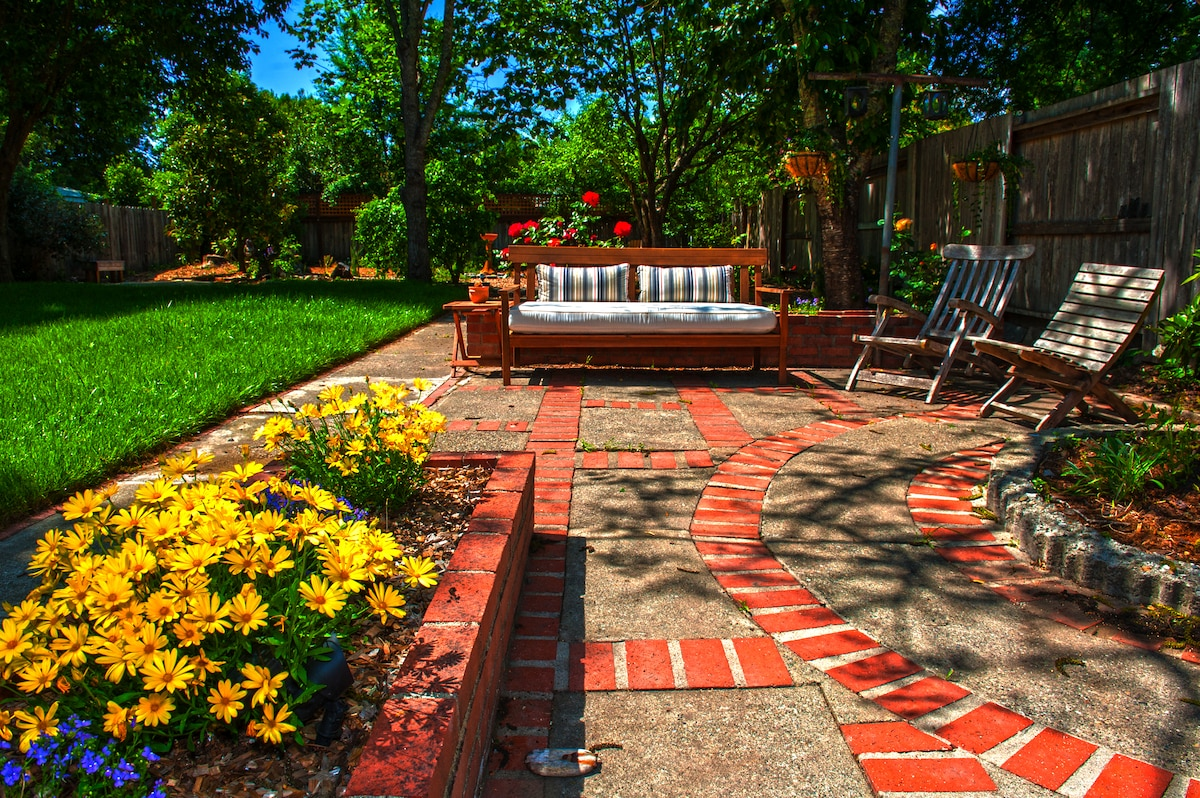 Spacious and private backyard...great place to hang out after a day of wine tasting.  Photo taken in late spring.