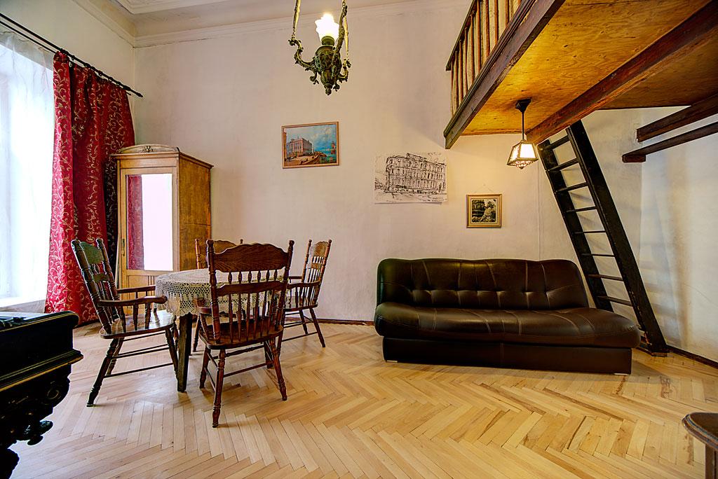 living room. Гостиная, двуспальный диван