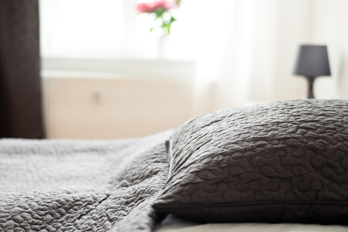 FREIRAUMWOHNUNG: Schlafzimmer mit Doppelbett (160x200cm) / Tagesdecke
