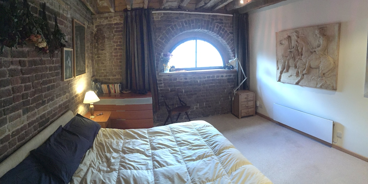 A master double room in a loft apt