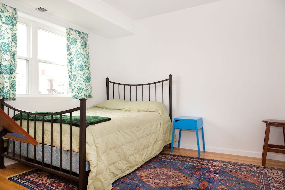 Comfy Room in Renovated DC Rowhouse