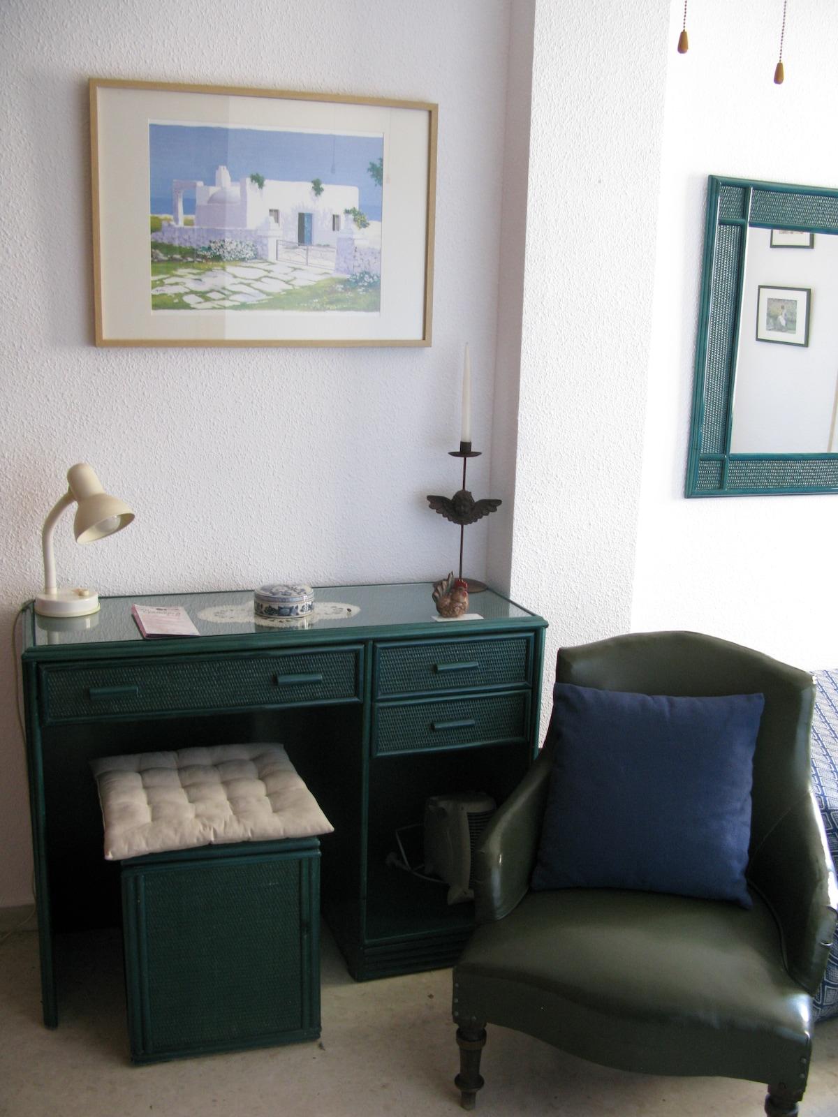 Confortable sillón y buen escritorio. Comfy armchair and good desk.
