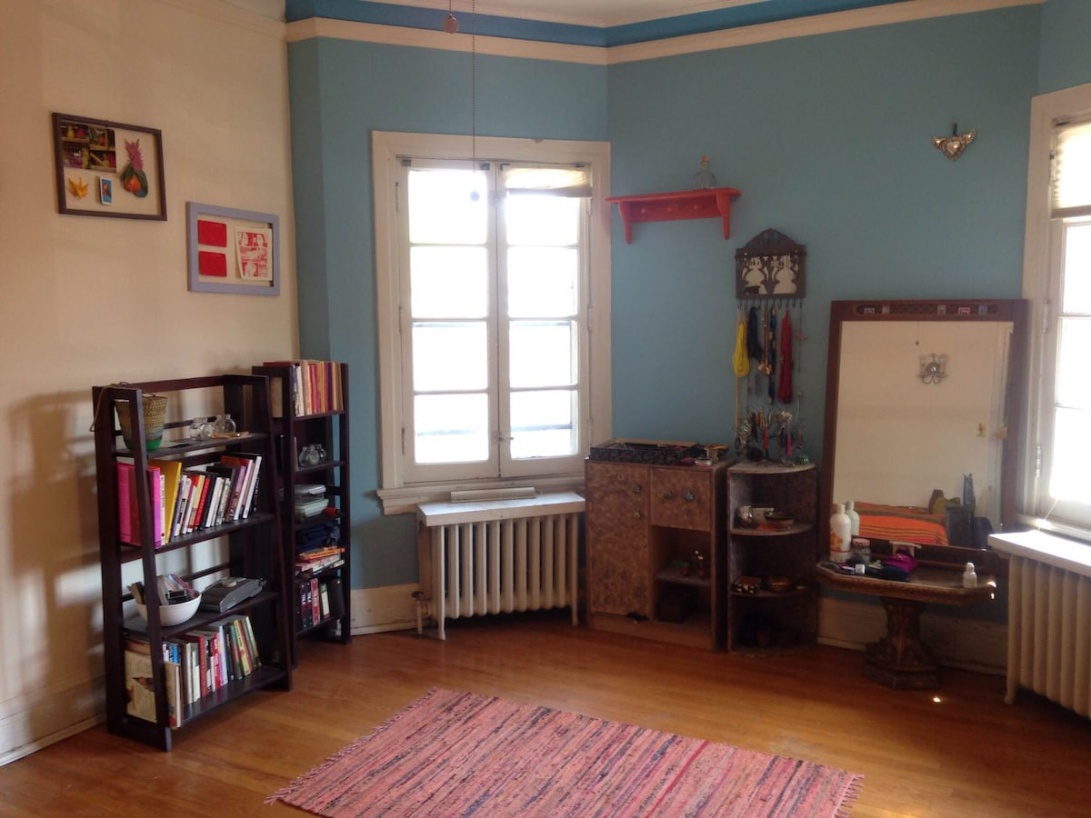 Sunny open room in Rogers Park