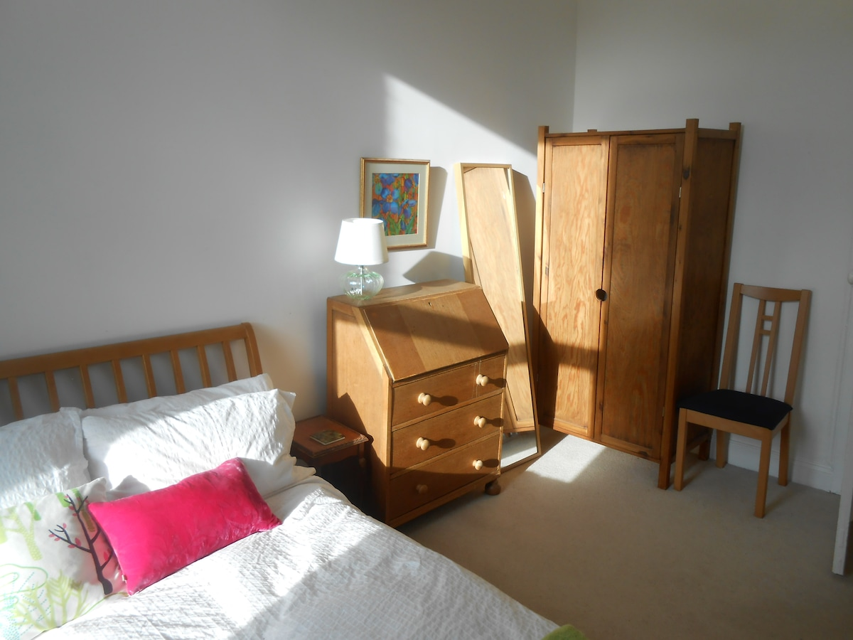 Bright double room in West End