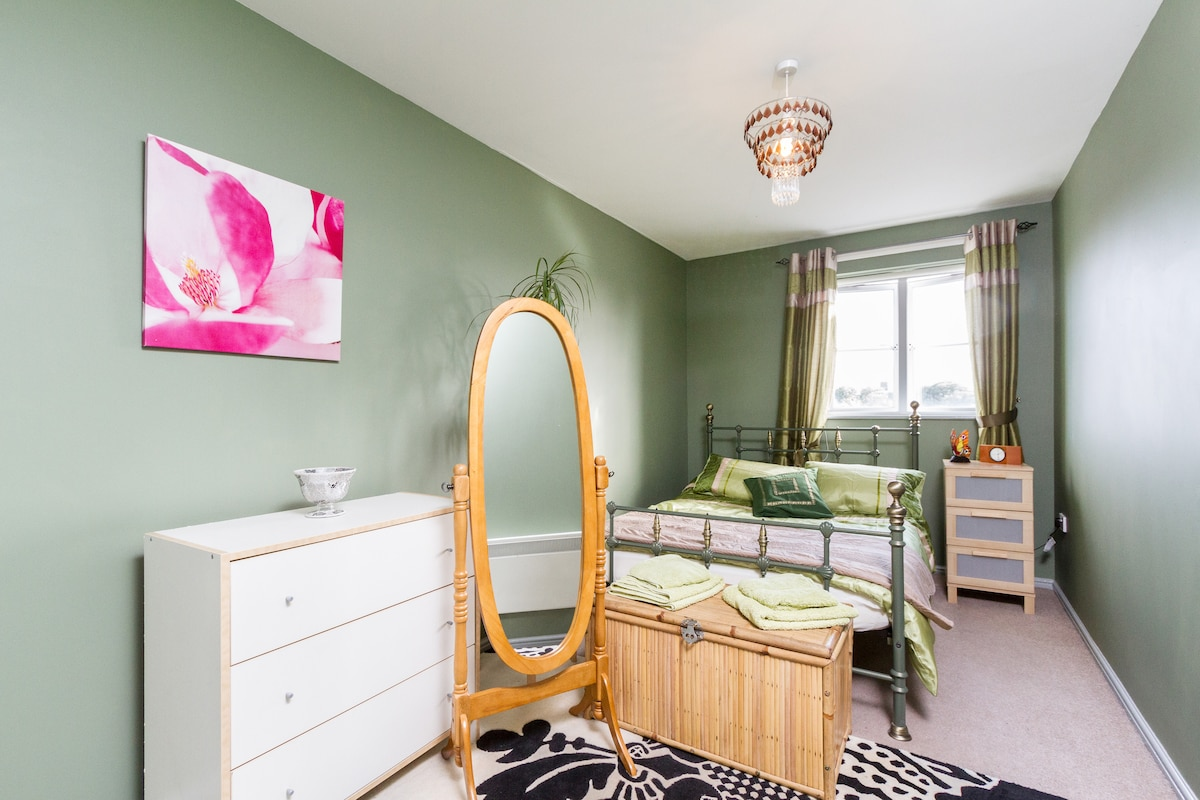 This is the guest room, it's clean & bright.