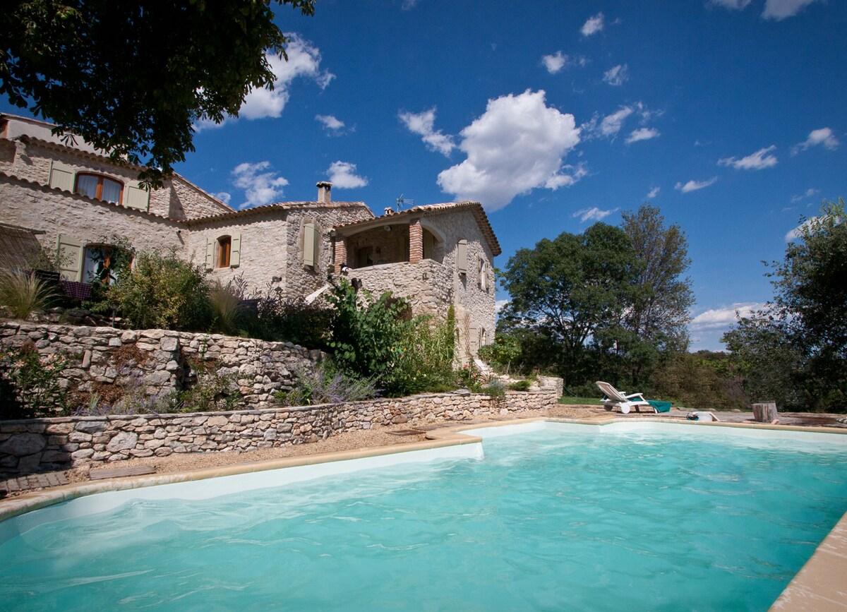The pool and the cottage / La piscine et la maison