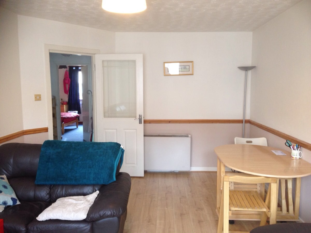 room w/double bed in 2 bedroom flat