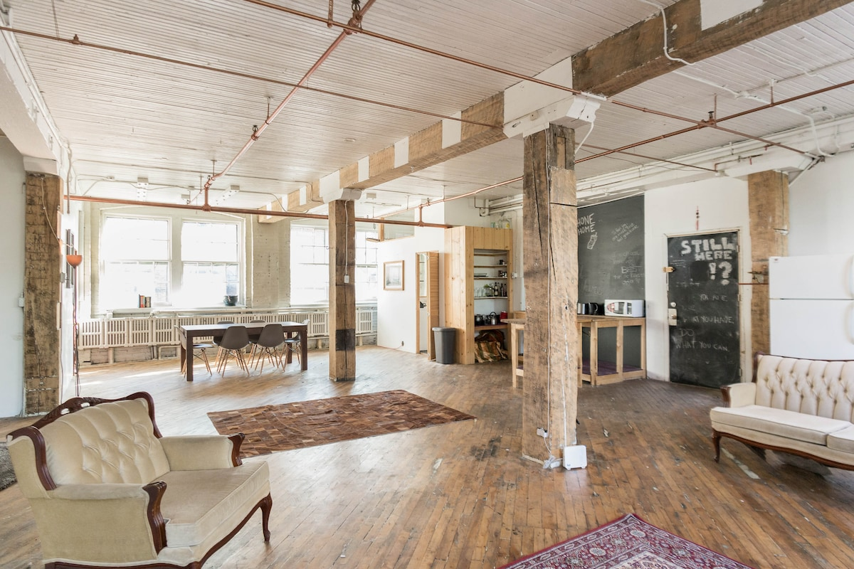 "The ""Artist"" Loft in Downtown"
