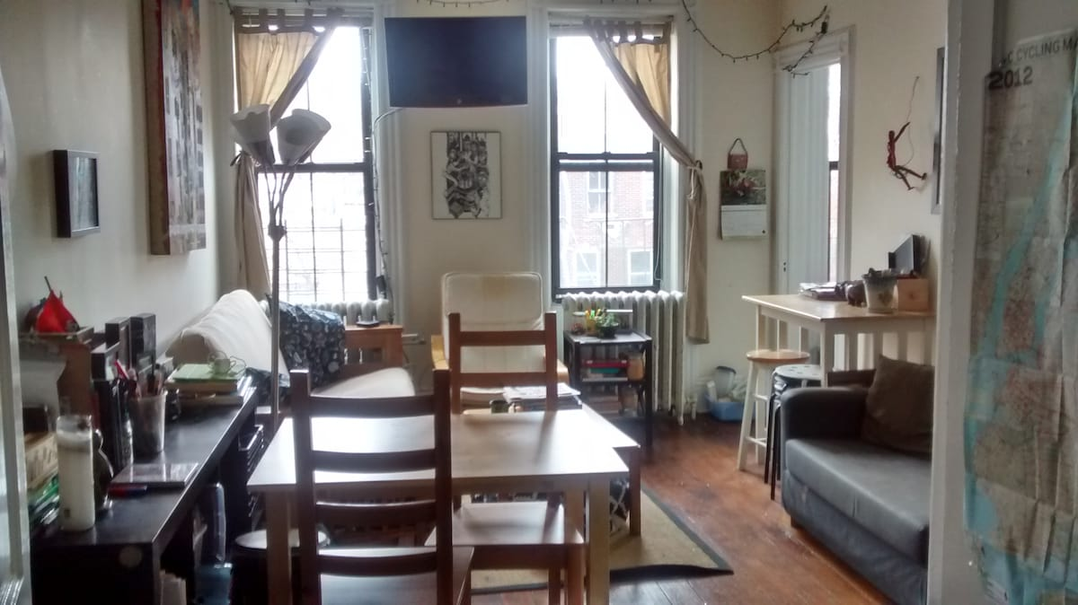 Fun loft room 1 stop from Manhattan
