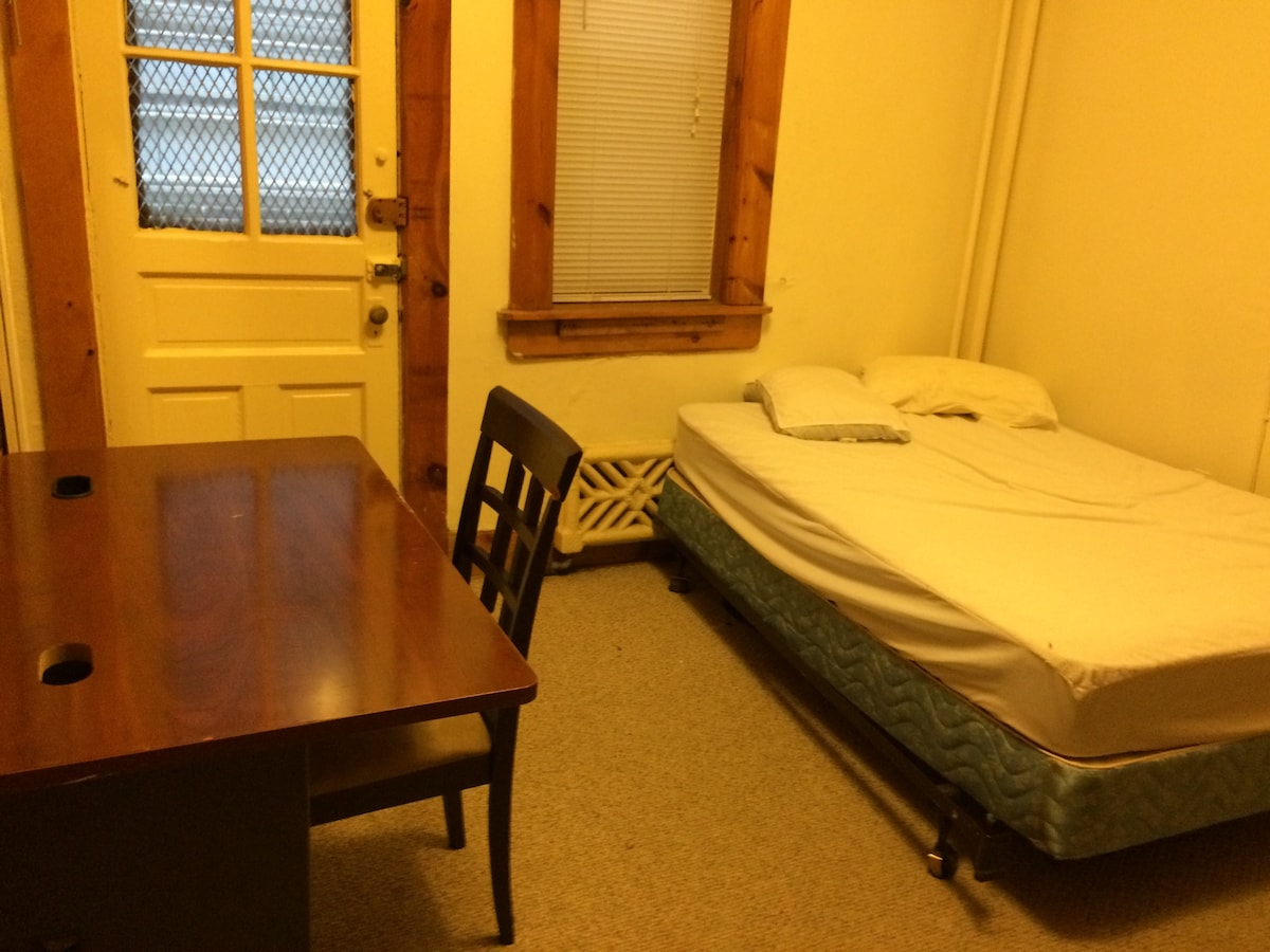Cool 5 BR apartment in Univ. City