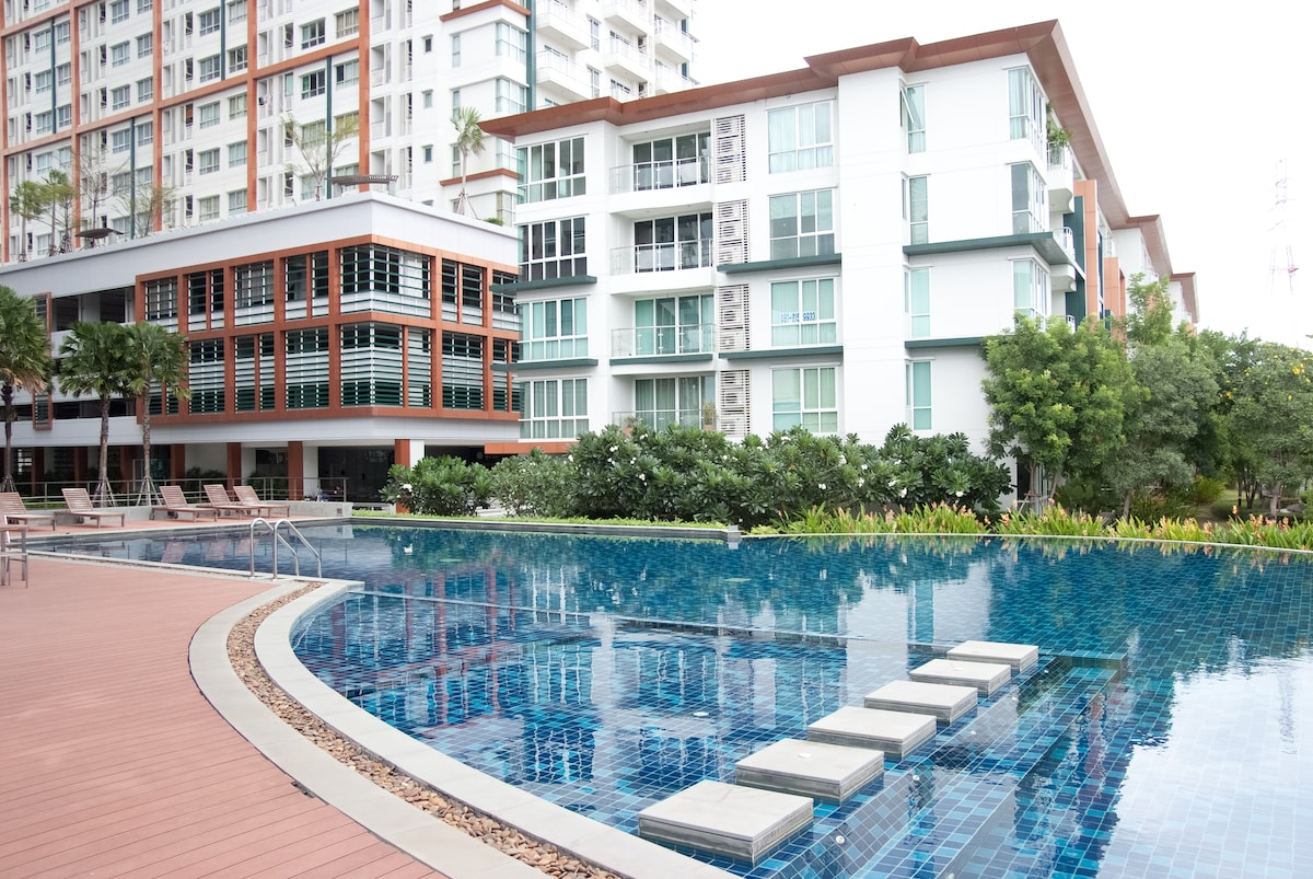 Infinity edge Riverside swimming pool and Jacuzzi
