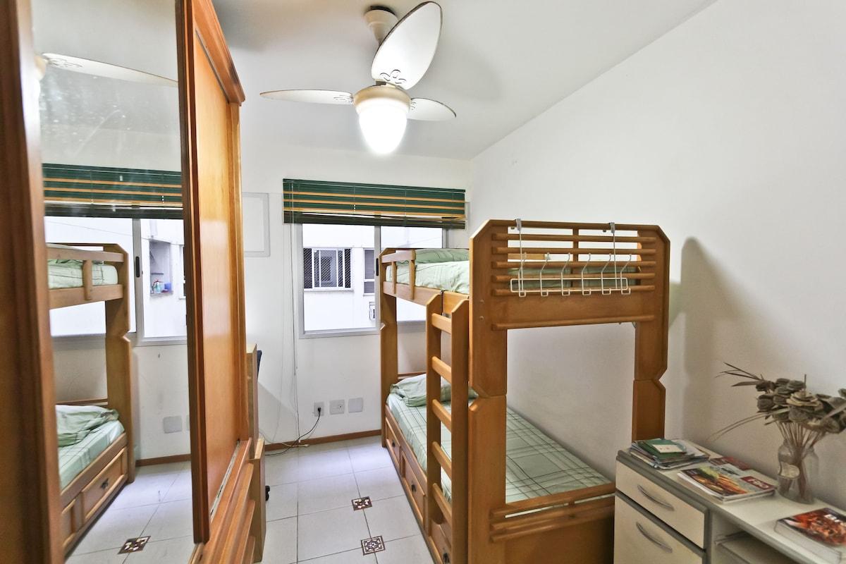 bedroom with bunk bed - quarto com beliche