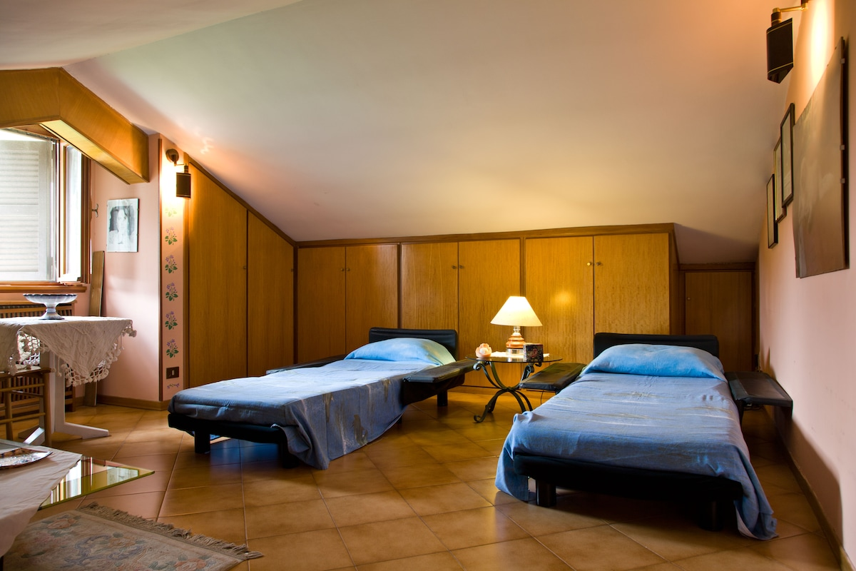 Attico con tre posti letto (due divani + letto con rete e materazzo).