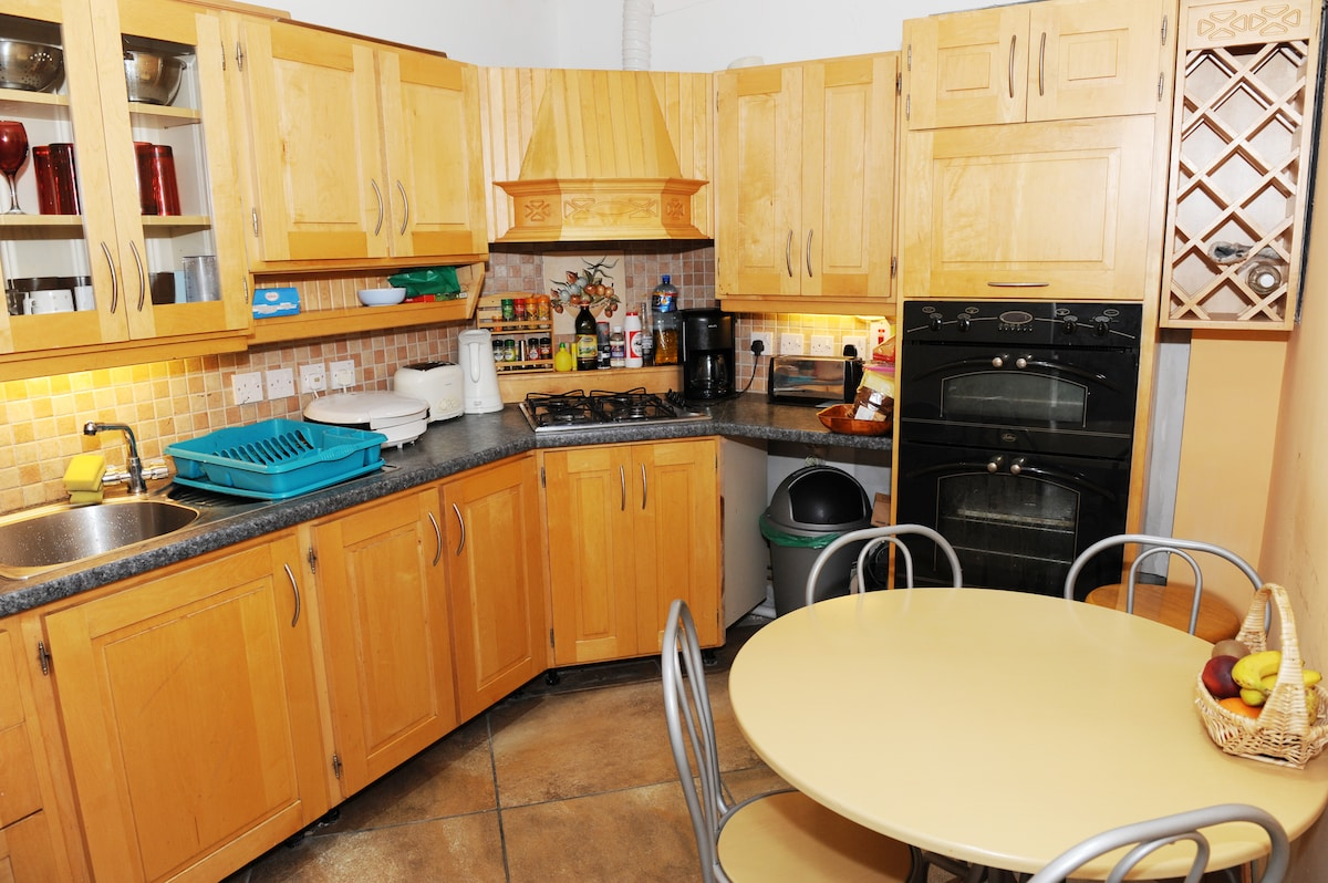 Guest Kitchen ... Breakfast supplies stocked for guests !! S-martket 3 mins away