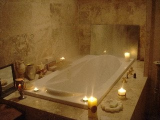 A Romantic and relaxing jacuzzi ...this ultra bain welcomes oils, herbs and all therapudic botanicals!