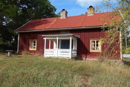 Bo på lantgård i äldre hus, nära å - Casa