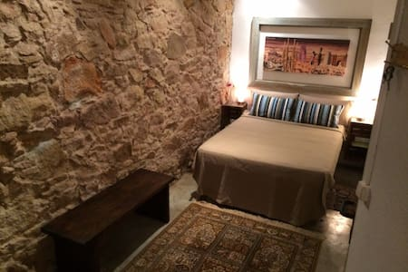 An ideal loft for 2 in Barcelona city center. Fully equipped, a doubles bed and enough space for clothes and luggage. Kitchen fully equipped with refrigerator, stove, cutlery, microwave and extraction against any smoke. 1 bathroom with shower. Rented with bed linens and clean towels.