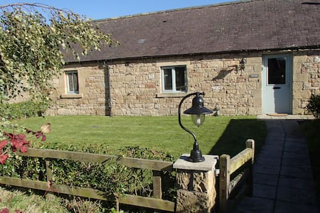 Historic stone cottage in tranquil Northumberland - Hus