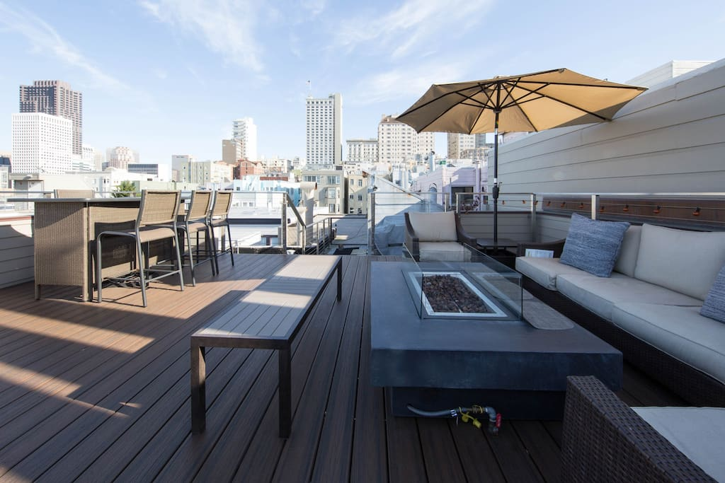 Your own private roof deck with  access from  apartment. Panoramic views of the city, Bay Bridge, Coit Tower, etc.