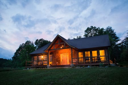 Relaxing room in the mountains, and close to town. - Casa