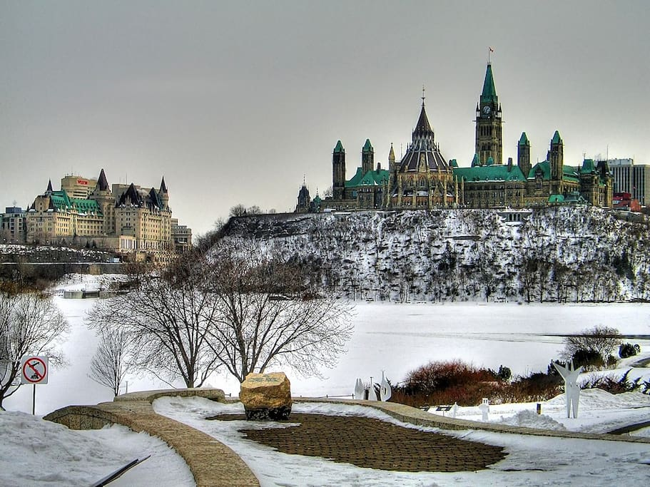 Ottawa View in Winter. Parliament, Rideau Canal, Byward Market, OttawaU, Embassy,restaurants, bars are all very close, including Winterlude official sites! Vue d'Ottawa en hiver. Tout est à proximité de marche, incluant le site de Bal de neige!