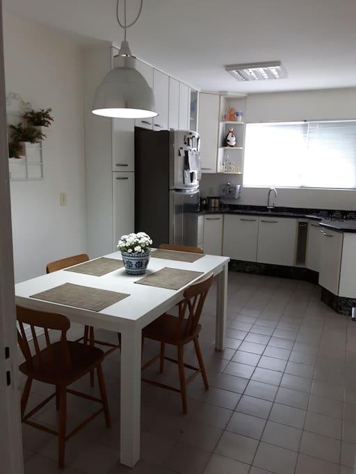 Ampla e estruturada cozinha