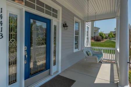 Comfy Guest Room & Private Bath (CLT & LKN) - Huntersville - House