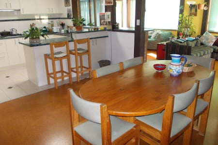 Double room in Private Home - $52 - Wanniassa - Bed & Breakfast
