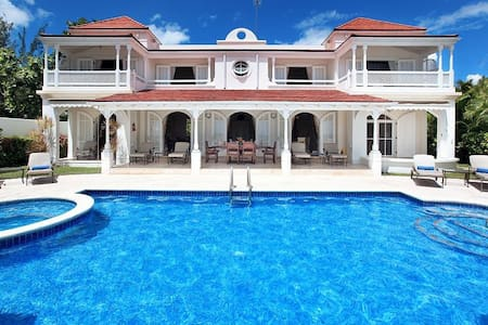 A Luxurious And Stylishly Furnished Beachfront Villa - Lower Carlton - Willa
