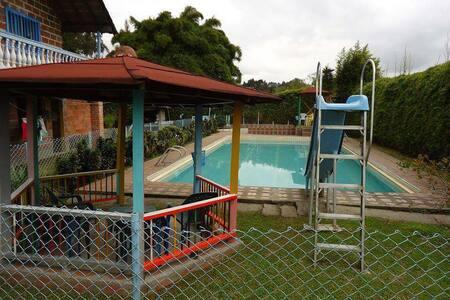 Cabaña y piscina, cerca a Medellin - Cabin