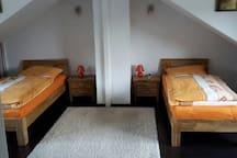 Doppel-und Einzel- Kinderzimmer