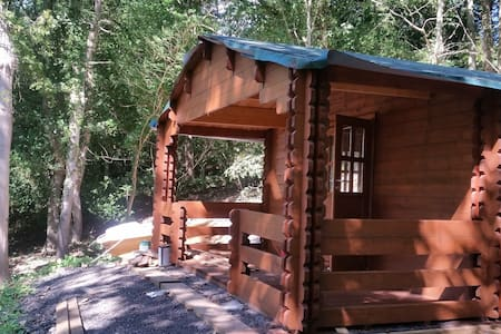 Log Cabin in private woodland, 2 miles from Whitby - Chalé